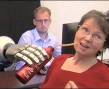 یک بیمار قطع نخاعی با آرنج مصنوعی قهوه نوشید