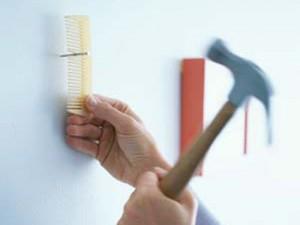 کوبیدن میخ به دیوار