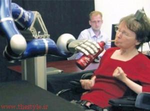 کاترین هاچینسون، فلج قطع نخاعی پس از 15 سال با کمک آرنج-روبات مایعات می نوشد